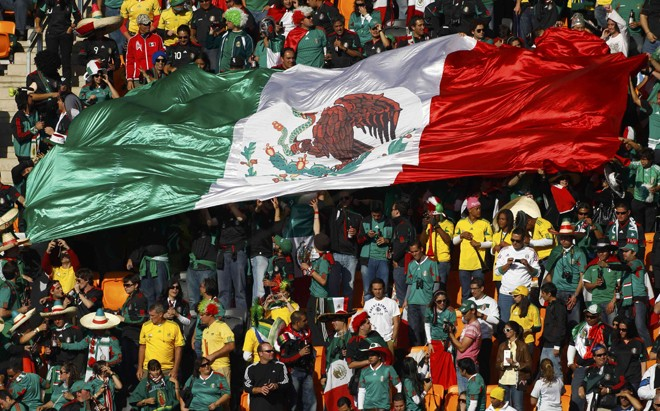 [Image: 11371-fans-hold-up-a-large-mexican-flag-...ld-cup.jpg]